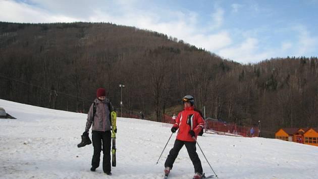 Navzdory silnému větru se v sobotu dopoledne lyžovalo i v Řece, kde je v provozu modrá sjezdovka.