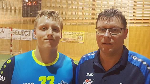 V sedmnácti si Matěj Mazur (vlevo) užívá zápasy v nejvyšší házenkářské soutěži. Z lavičky mu udílí pokyny jeho táta Petr. Oba si vzájemnou spolupráci pochvalují.