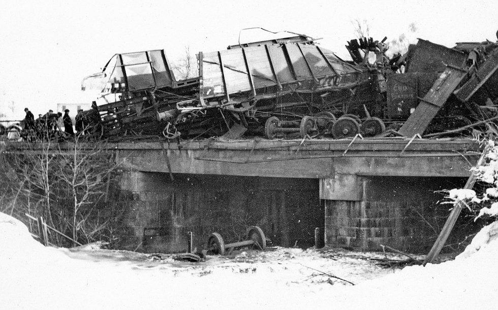 Největší železniční nehoda na Jablunkovsku se stala dne 14. ledna 1953 na Harcově. U nákladního vlaku selhaly brzdy, když sjížděl od Mostů, takže vyvinul značnou rychlost. V této rychlosti u předvěstí na Harcově dohonil vlak před ním jedoucí, který vezl ž