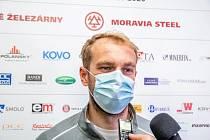V povinné roušce odpovídal Tomáš Marcinko na dotazy novinářů.