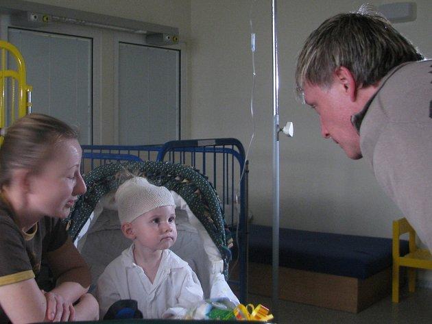 Michal Dlouhý navštívil děti ve frýdecké nemocnici. Kromě úsměvu rozdával také dárky.