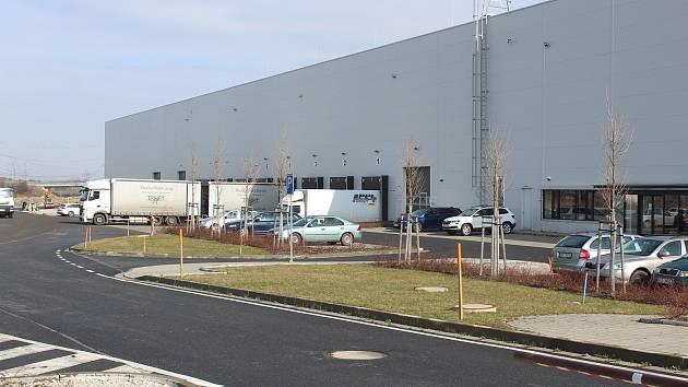 Nošovický areál naproti automobilce Hyundai, jehož část využívala firma k nepovolenému skladování pneumatik v nevyhovující a nezkolaudované budově.