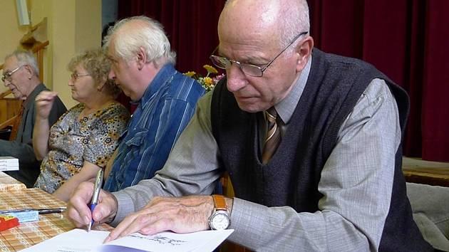 Pavel Gryga při autogramiádě, která následovala po křtu knihy.