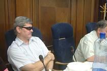 Uvolněný radní Ivan Vrba si na zastupitelstvu chránil poraněné oko slunečními brýlemi. Proti žádosti opozice, aby byl odvolán, ho však brýle neochránily.