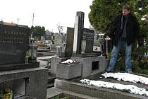 Snímek dokládá řádění vandalů, kteří z pomníků vypáčili rámy na skleněnou výplň. U hrobu, kde stojí místostarosta Sviadnova  Boris Řeha ,vzali také ozdobnou lampičku.