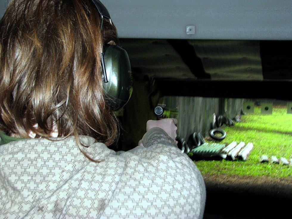 Ve Vojkovicích se konal 11. ročník soutěže ve střeleckém víceboji, která je určena široké veřejnosti. Na snímku střelba z pistole na 25 metrů.
