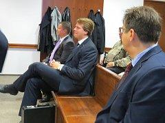 Na lavici obžalovaných včera kromě primátora Frýdku-Místku Michala Pobuckého (na snímku uprostřed) usedl i ředitel frýdecko-místecké městské policie Milan Sněhota (vzadu).