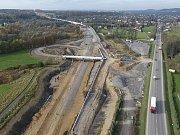 Stavbu třineckého obchvatu v úseku mezi Oldřichovicemi a Bystřicí v říjnu opustili dělníci i stroje. Stavební firma by se tam měla vrátit ještě tento týden.