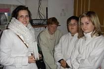 Lucie Vláčilová (vlevo) ve společnosti svých přátel při vystoupení Živého Betlému v Dobré.