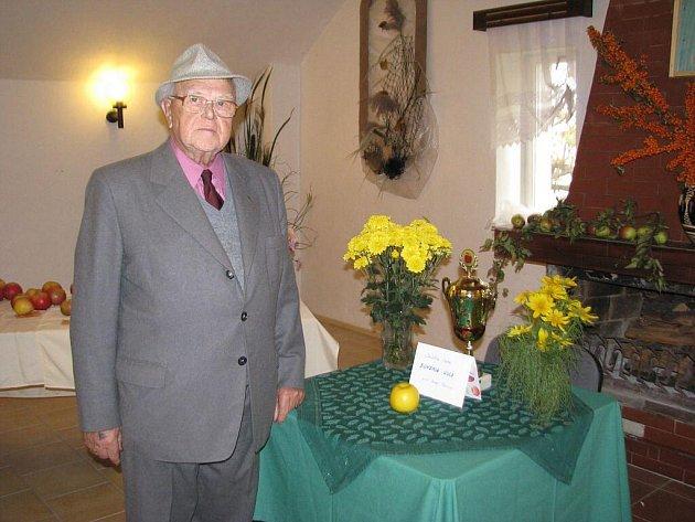 Vratimovští zahrádkáři uspořádali výstavu. Na snímku Arnošt Naisar, Jablko roku a putovní pohár.