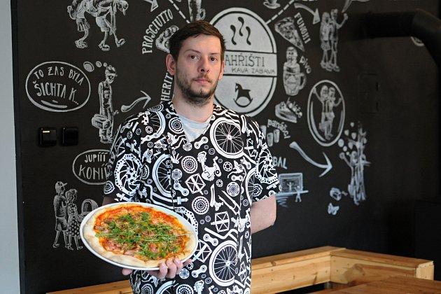 Umí tady rychle připravit velmi chutnou pizzu. Vlétě je možnost si venku posedět upiva či kávy. Hospodu NAHŘIŠTI vPržně si ohromně oblíbili nejen cyklisté, ale také rodiny sdětmi. Na snímku kuchař kuchař Petr Žídek.