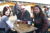 """Kdo si na Hutnickém dni zajde na pivo, má šanci potkat i známé hudebníky. Při loňském ročníku to byl třeba lídr kapely Doga Roman """"Izzi"""" Izaiáš (vpravo)."""