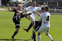 Valcíři (v bílém) se s domácími fanoušky rozloučili vysokou porážkou, když nestačili na Znojmo 0:3.