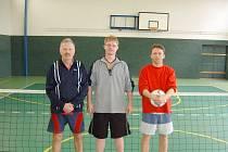 Nejlepšími nohejbalisty ve sviadnovském turnaji se stal Štandl. Zleva stojí: Zdeněk Žurovec, Petr Kupčák a Petr Lukáč .