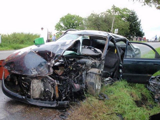 Dopravní nehoda mazdy a liazky u Vojkovic s vyproštěním řidiče a odtažením liazky.
