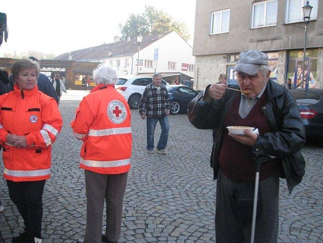 Na akci v Místku dorazili hlavně starší lidé, z nichž některé přilákala pouhá zvědavost. Vlevo Jana Stanovská, ředitelka oblastního spolku Českého červeného kříže Frýdek-Místek.