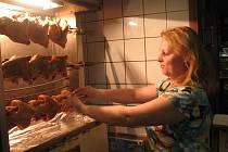 Vladimíra Grolmusová z Chlebovic pracuje čtyři roky v místeckém bistru Koruna. Ve čtvrtek měla ranní směnu, po půl sedmé se vrhla na grilování kuřat, kontrolu vitríny a čištění stolů.