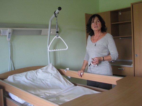 Zástupkyně ředitele a vedoucí sociálního úseku frýdecko-místeckého hospice Helena Adamusová ukazuje, jak mají vybavené pokoje.