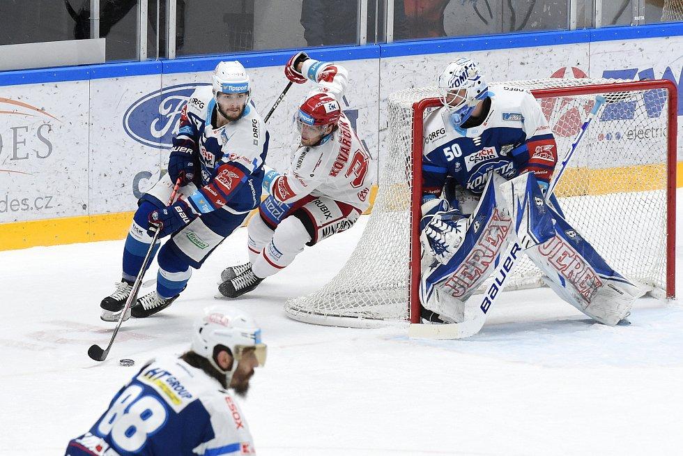 Brno 13.12.2020 - domácí HC Kometa Brno (Karel Vejmelka a Jakub Zbořil) v modrém proti HC Oceláři Třinec (Ondřej Kovarčík)