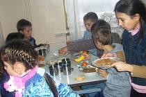 Slavnostní večeře v dětském domově na Ukrajině. Poslední půlrok tam děti jí skoro samou kaši, o ovoci si mohou nechat jenom zdát.