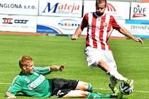 Třinecký obránce Lukáš Kubáň (v pruhovaném) se snaží přejít přes karvinského Tomáše Janíčka.
