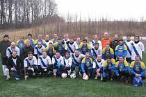 Společná fotografie fotbalistů Válcoven (tradiční dresy s pruhem) a Slezanu při prvním oficiálním silvestrovském derby.