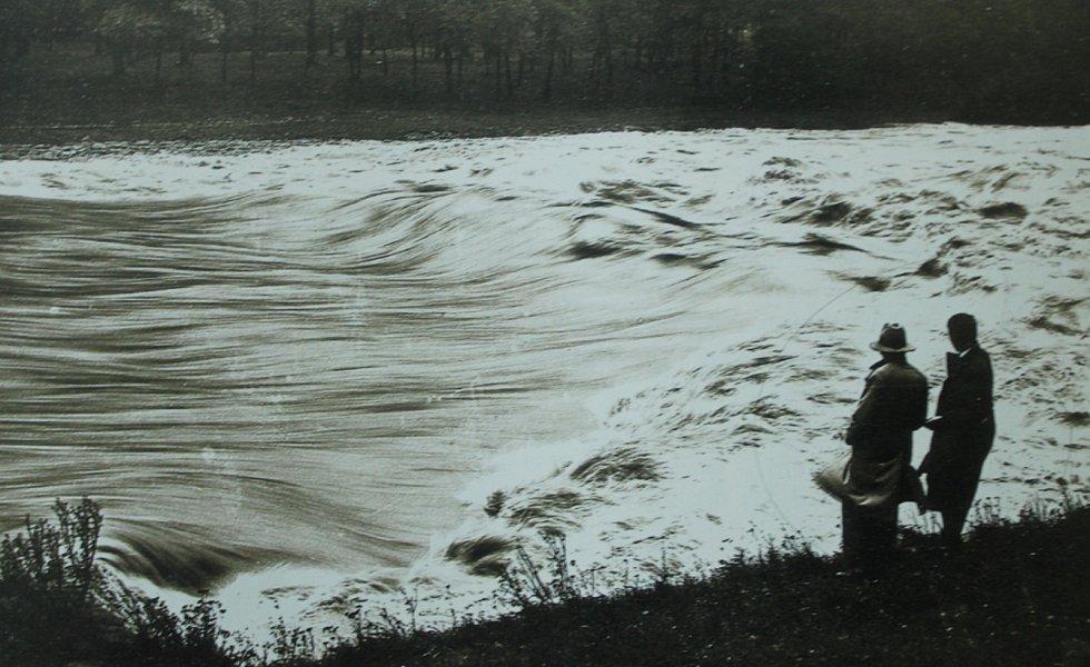 VELKÁ VODA napáchala ve Sviadnově v historii mnoho škod. Povodní byla obec postižena například v červenci 1949, kdy voda vystoupila z koryta a hladina řeky byla údajně tři metry nad normálem. O týden později přišla druhá vlna, která byla ještě ničivější.