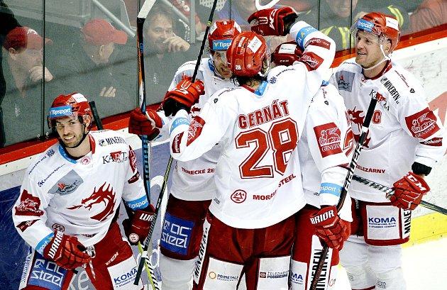 Vladimír Svačina (zcela vlevo) je teď podobně jako spoluhráči spokojen svýkony mužstva.