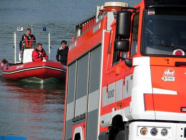 Nedělní akce na Žermanické přehradě končí. Záchranáři kolem osmnácté hodiny nalezli tělo utonulého hocha.
