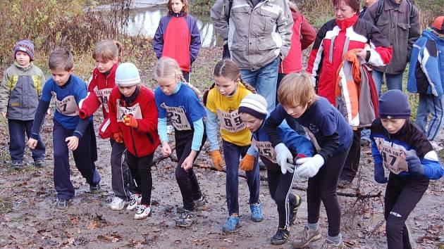 Nejmladší běžci jsou připraveni na startu svého závodu.