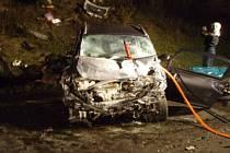 Při nehodě vyhasly životy manželů z Třince. Na snímku je jedno z havarovaných vozidel.