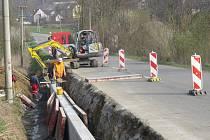 Sanační práce na silnici mezi Žermanicemi a Lučinou začaly v druhé polovině března, trvat by měly až do srpna. Dělníci zajistí pravý břeh rigolu směrem ke komunikaci betonovou kotvenou zídkou. Kvůli stavbě je část silnice uzavřena.
