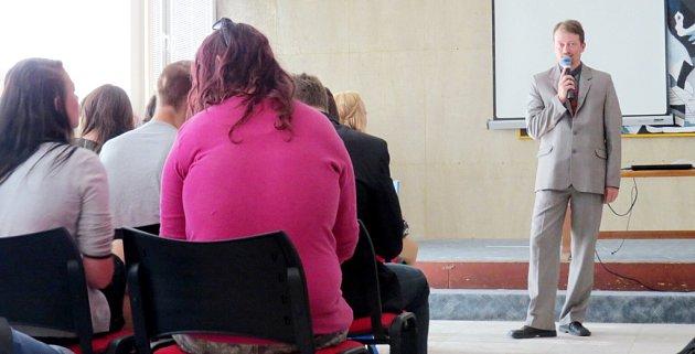 Ředitel 6.ZŠ Lukáš Synek právě naposledy promlouvá kžákům, kteří  po prázdninách nastoupí na střední školy.