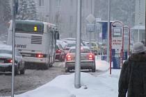 Autobusová zastávka u místecké polikliniky. Ilustrační foto.