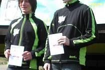 Frýdecko-místečtí orientační běžci Jiří Mutina (vlevo) a Tomáš Volný na stupních vítězů.