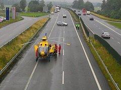 Ke zraněnému přiletěl záchranářský vrtulník.
