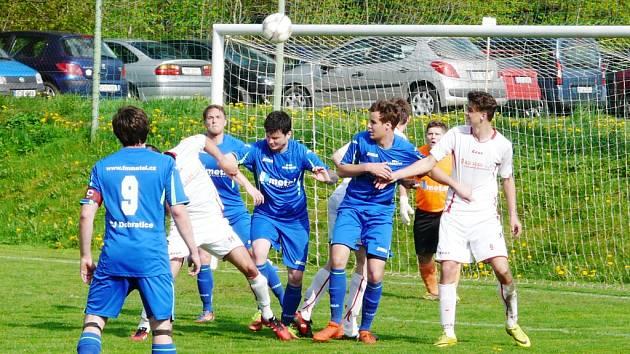 Fotbalisté Dobratic (v modrém) porazili na svém hřišti Sedliště 2:1.