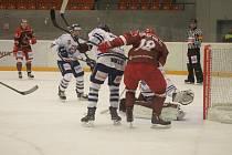 Hokejisté Frýdku-Místku (v červeném) si připsali do tabulky tři cenné body, když na domácím ledě porazili vysoko Benátky 7:3.