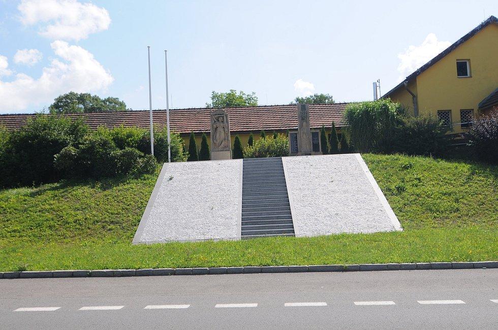 Pomník obětem 1. a 2. světové války.