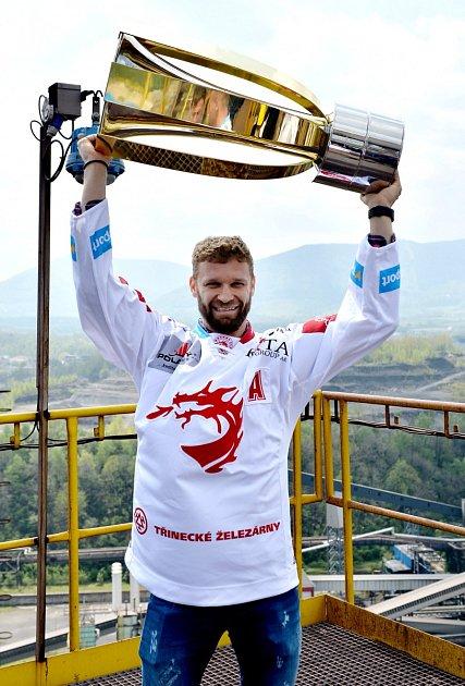 Naposledy vzápasové akci byl Růžička vdubnovém finále sLibercem a pak slavil takto spohárem. Na led se vrátil po osmi měsících.