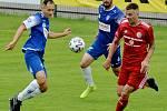 Třinečtí fotbalisté (v červeném) podlehli v dohrávce druhé ligy doma Pardubicím 0:1. Východočechům tak k postupu stačí porazit v sobotu doma zoufalý Vyšehrad.