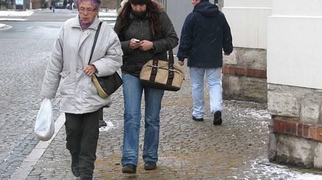 Chodcům v ulici U Staré pošty v Místku to včera díky posypu neklouzalo.