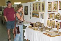 Jitka Suchánková z Frýdku-Místku (na snímku) se na výstavu lidové tvořivosti přichází podívat každý rok a v minulých letech si tu už také koupila několik obrázků od Aleny Světlíkové.