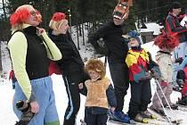 Při zakončení lyžařské sezony ve Starých Hamrech nechyběly na svahu ani masky.