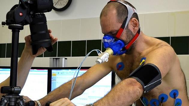 Horolezec Libor Uher si na vlastní kůži vyzkoušel zátěžový test. Napodobil ho i jeho syn Dominik.