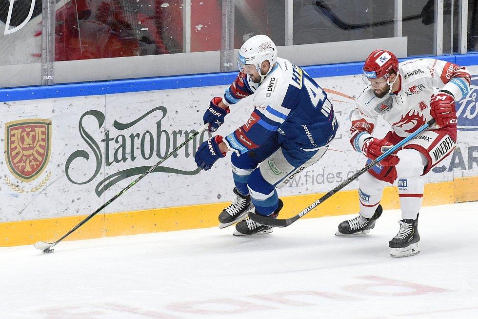 Brno 13.12.2020 - domácí HC Kometa Brno (Filip Pyrochta) v modrém proti HC Oceláři Třinec