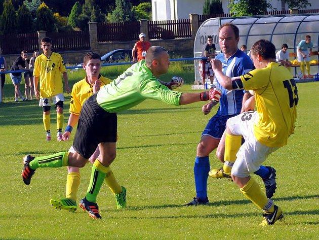 V důležitém derby zápase nakonec uspěli fotbalisté Hukvald, kteří na trávníku v Tiché vyhráli 4:3.