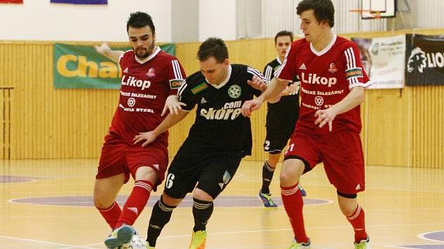 Třinečtí futsalisté (v červeném) uspěli na palubovce českolipských Démonů