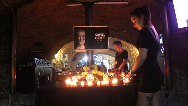V hudebním klubu Pošta ve Frýdku-Místku se vzpomíná na Karla Gotta dnes od 9 do 20 hodin.