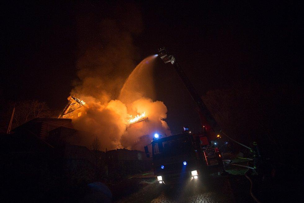 Požár penzionu na Frýdecko-Místecku hasili hasiči přes sedm hodin.